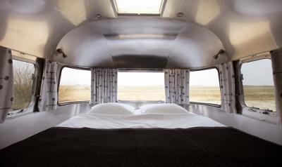 De acht zilverkleurige Airstreams zijn ingericht als luxe hotelkamer.