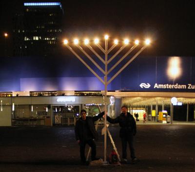 Voor een periode van 8 dagen zal de Zuidas in Amsterdam worden verlicht door een 3 en een half meter hoge menora.