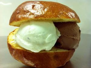 Chocolaterie Pierre in Hillegom komt dit ijsseizoen met een nieuwe variatie: een broodje ijs.