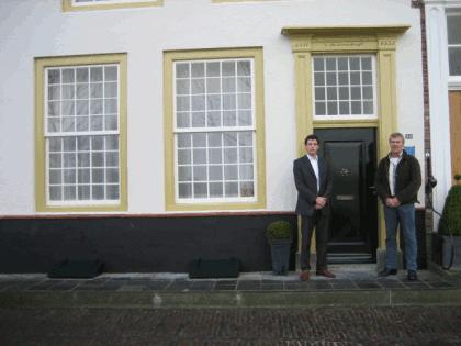 Foto onderschrift: Verf van goeden huize. Zoals dit pand in Veere, voorzien van Herfst & Helder verven.