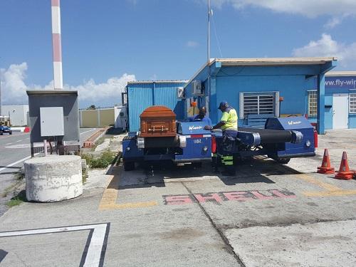 [Lijkkist zoals die uren in de brandende zon heeft gestaan op het vliegveld op St. Maarten [foto is rechtenvrij]. ]