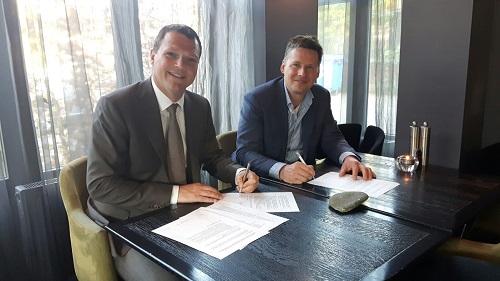 [Ondertekening door Maurice Massaar (links) en Tim Rijvers (rechts)]