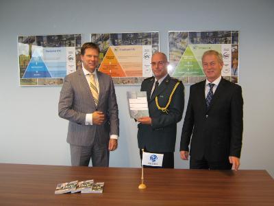 [Foto: Vlnr. W.J. van Amersfoort, CEO Geodis Logistics Benelux, I. Bosch van de Douane en J. Mastenbroek, CFO Geodis Logistics Benelux]