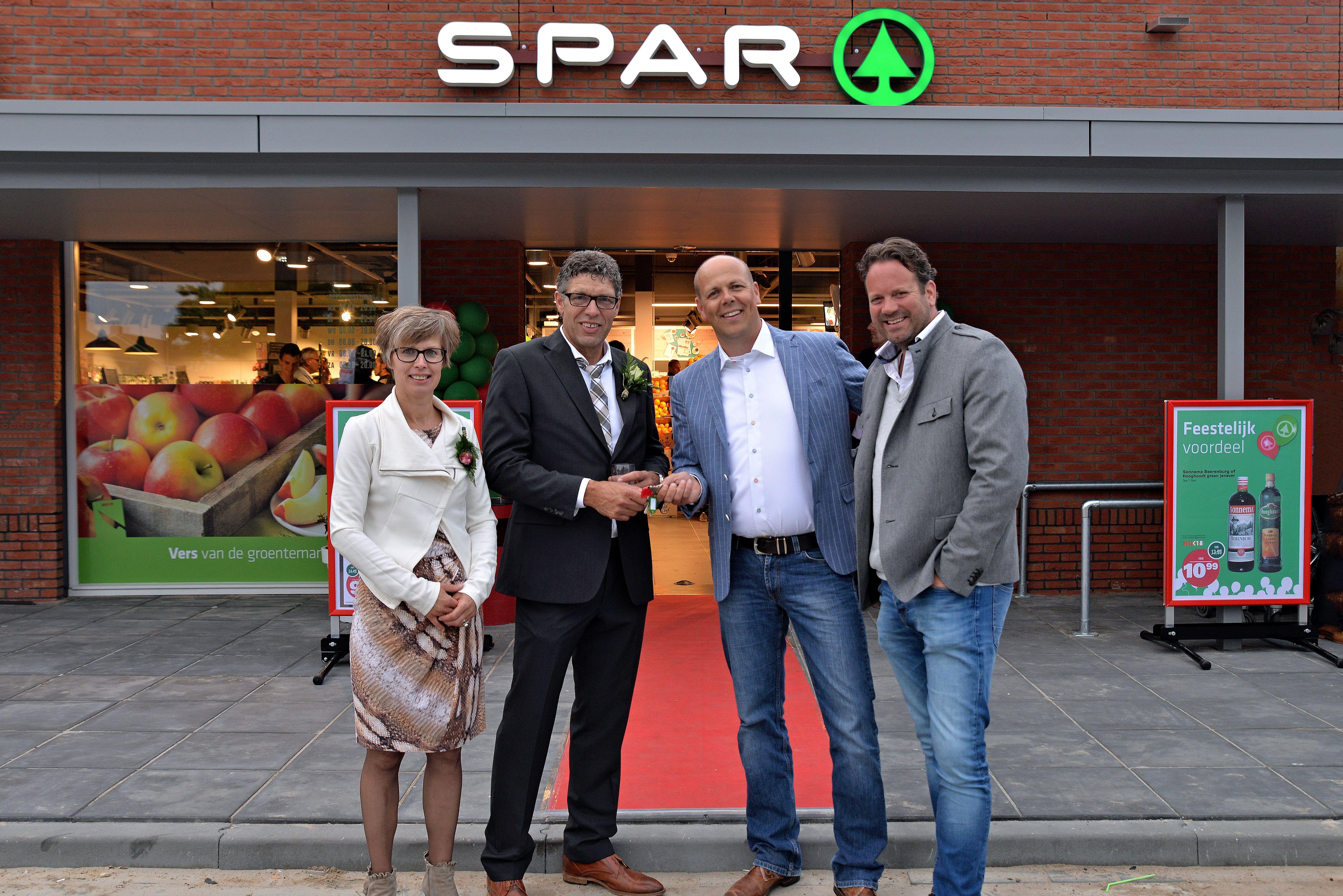 [Foto: Opening De Spar 3.0 in Dokkum. Vlnr: Marjan en Lammert Boonstra, Erik Zwanenburg, Bernhard Hoekstra]