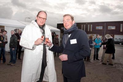 [Wethouder J.C. Goudbeek (links) van Bodegraven Reeuwijk heft het glas met directeur Maarten Rövekamp van Rijn & Vecht Ontwikkeling BV op de toekomst van Bedrijfsverzamelcomplex Rijnhoek Groene Hart in Bodegraven. Foto: Eut van Berkum]