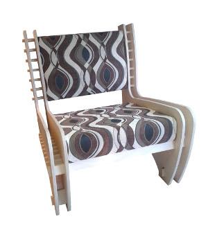 De stoel, die de naam Simpl heeft meegekregen, kan door bijna iedereen probleemloos in elkaar worden gezet, zonder het gebruik van lijm of schroeven.