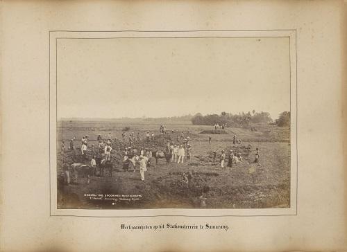 [Unieke foto's van eerste spoorlijn Nederlands-Indië]
