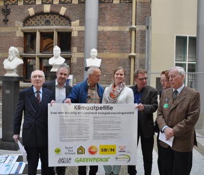 Brede coalitie biedt Klimaatpetitie aan.