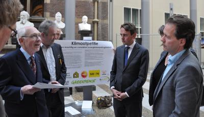 Dinsdag 13 mei is in de Tweede Kamer een Klimaatpetitie aangeboden over het zwabberend klimaatbeleid van de Nederlandse regering.