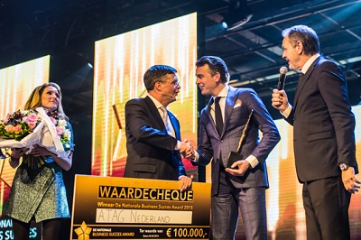 [Balkenende reikt grootste ondernemersprijs van Nederland uit aan ATAG]