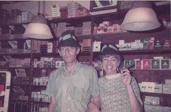 André en Reina Eggermont in hun winkel, begin jaren tachtig.