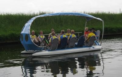 [Foto van de Waterflike, een waterfiets voor 12 personen]