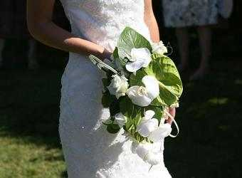 Search image vrouw met trouwbloemen